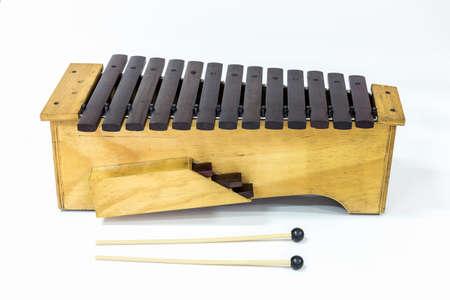 xilofono: El xilófono y dos mazos en el fondo blanco