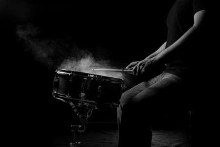 남자는 낮은 빛 배경, 흑인과 백인 스네어 드럼을 연주하고있다. 스톡 콘텐츠 - 82719746