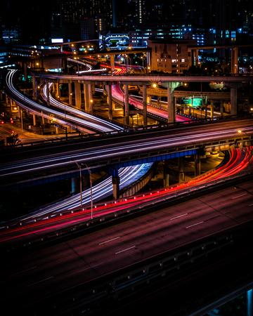 Langzeitbelichtung des Innenstadtverkehrs