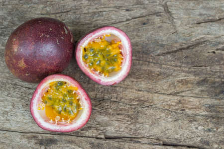 pasion: fruta de la pasión madura aislada en el fondo de madera vieja.