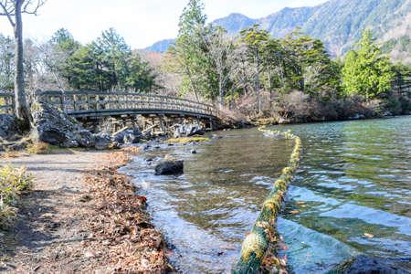 木の日光の湯の湖周辺の橋