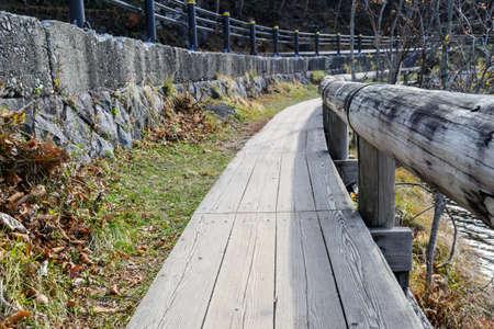 日航、日本で秋に湯の湖周辺の木製の歩道 写真素材