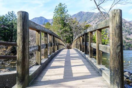 日航、日本の秋、木の湯の湖周辺の橋 写真素材