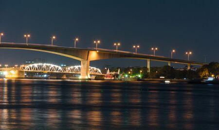 phraya: Puente sobre el r�o Chao Phraya, en Bangkok
