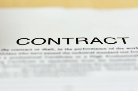 Detalhe de um documento de contrato sobre a mesa.