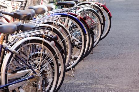 Gratuito de bicicletas for�a a muitos ve�culos em T�quio. Banco de Imagens