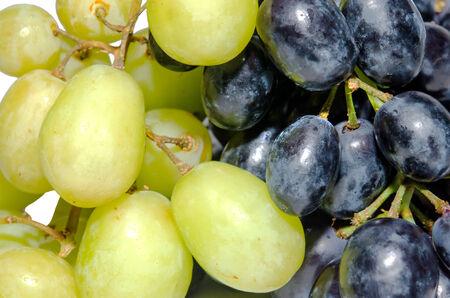 Uvas verdes isoladas no fundo branco.