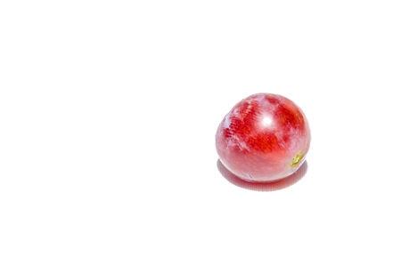 Uva vermelha isolada no fundo branco.