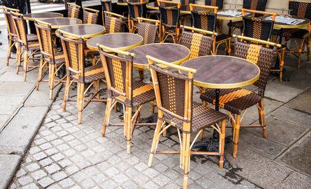 Cadeiras na rua da cidade de Paris.