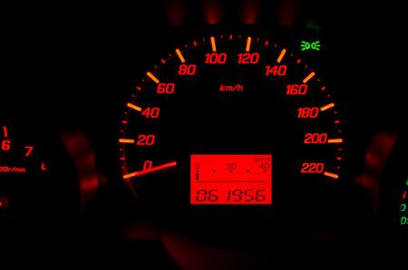 Feche acima do painel do carro com velocidade e rpm mostradores.