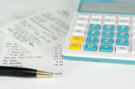 contabilidad financiera cuentas: Imagen del papel de recibo y calculadora
