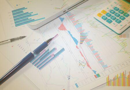 contabilidad: Negocios que analiza listas de inversi�n con el port�til.
