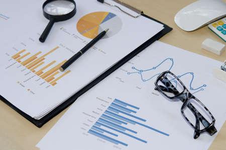adn: documento de negocios informe adn pluma en el escritorio.