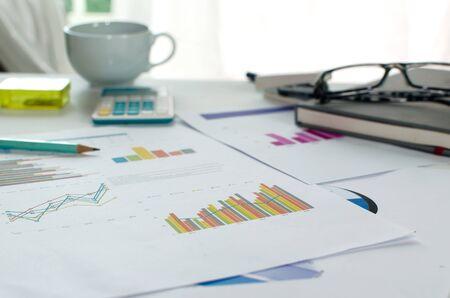 contabilidad: Negocio de análisis financiero de escritorio con gráficos y diagramas de contabilidad