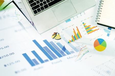 Financiële grafieken analyse en pen.Business Concept