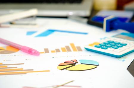 Dokumente, Grafiken auf einem Schreibtisch.