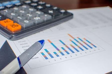 chart analysis business report on desk 版權商用圖片