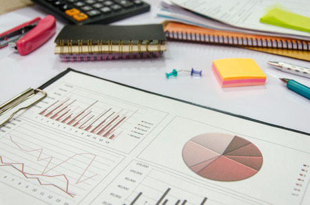 bedrijfsrapport en grafiek op tafel. Stockfoto