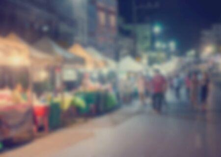 商品の背景イメージとして、ブラーフェスティバルフードショッピングの人々。