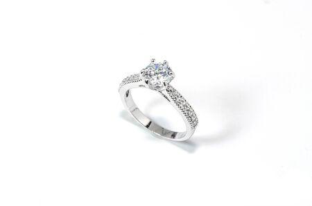Sieraden Diamond Ring op de witte achtergrond.