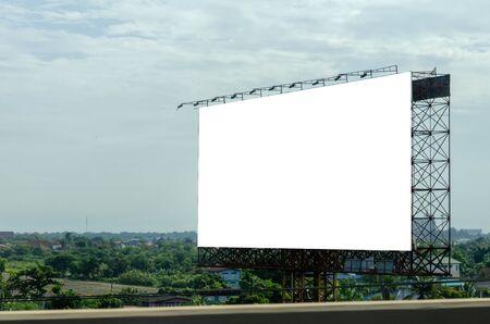 Panneau d'affichage vierge pour le texte ou les images publicitaires sur la route. Chemin de détourage