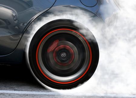 Ruota Super Car alla deriva e fumo in pista