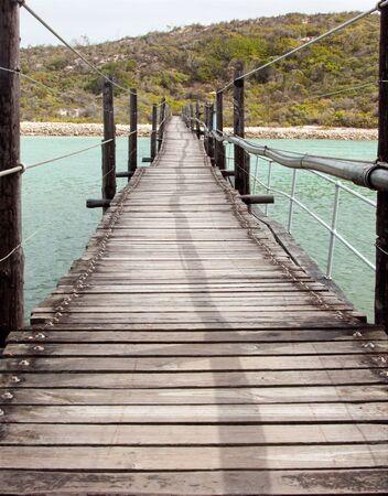 Largo puente colgante de madera sobre una laguna  Foto de archivo - 7353189
