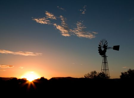 moulins   � vent: Silhouette of a Windmill at sunset in the Karoo