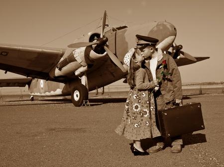 despedida: Besos adi�s antes de irse a la guerra Foto de archivo
