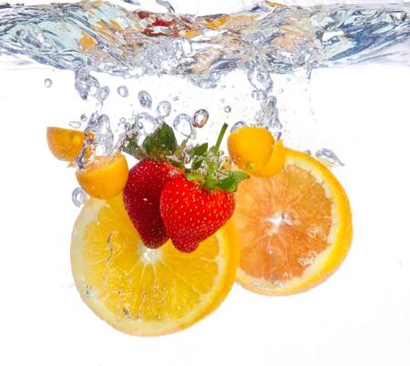 splash sinas: Fruit in water vallen duidelijke rimpel verse rode oranje