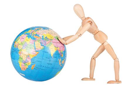 falta de respeto: Maniqu� de madera empujar un globo del mundo en la falta de respeto aislado en blanco