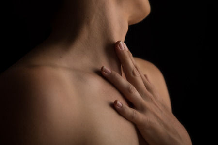 desnudo artistico: Scape Cuerpo de cuello de la mujer y de la mano con la emoci�n Foto de archivo