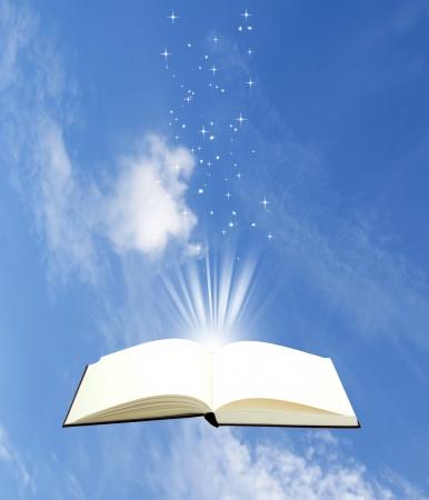 Open boek magie op hemelachtergrond - Onderwijs begrip Stockfoto