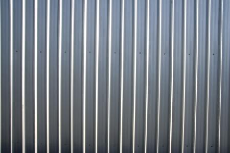 Gegolfde metalen plaat hek met natuurlijke korrelige textuur
