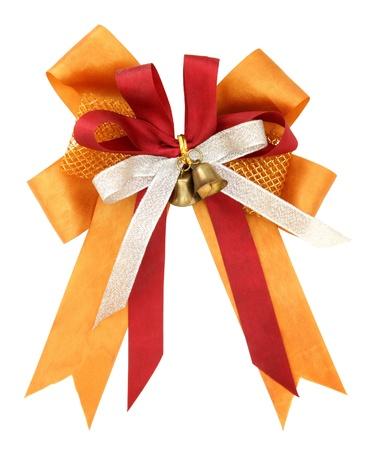 Nastro arancio e fiocco isolato su sfondo bianco con percorso di clipping