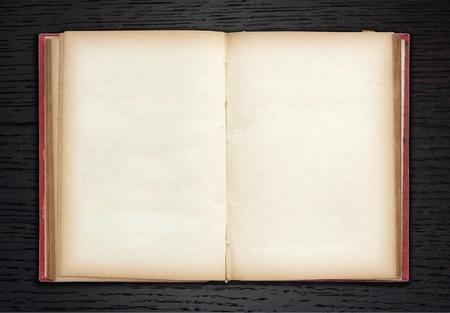 Vecchio libro aperto su sfondo in legno scuro