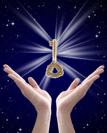 de sleutel tot succes (hand houden van de belangrijkste tegen de nachtelijke hemel) Stockfoto