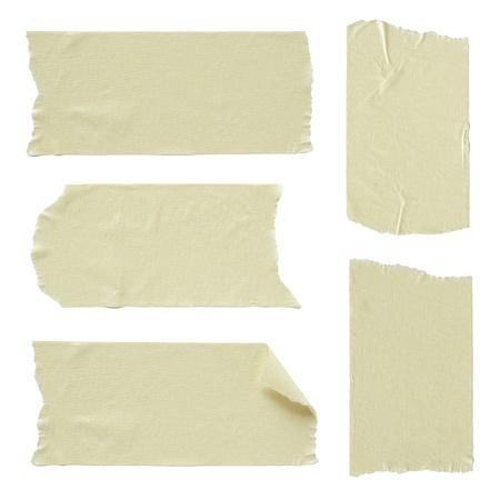 Set van gescheurde plakband op wit wordt geïsoleerd