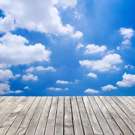 houten vloer en de blauwe hemel Stockfoto