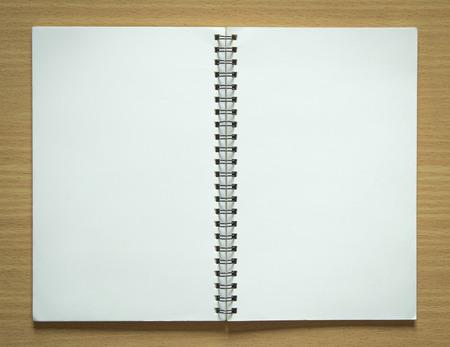 Lege spiraal notitieblok op houten achtergrond Stockfoto - 33981566