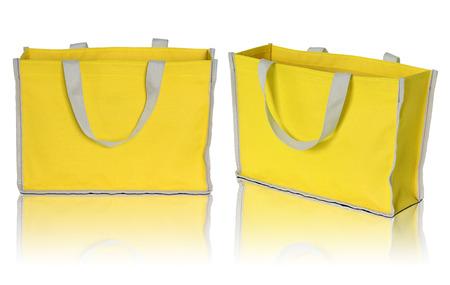 sac jaune sur fond blanc