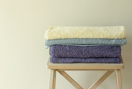 toalla: toalla de baño en la mesa Foto de archivo