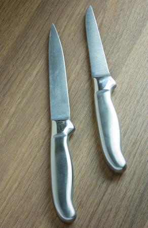 cuchillo de cocina: cuchillo de cocina en el fondo de madera oscura