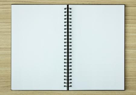 open spiraal notebook op houten achtergrond