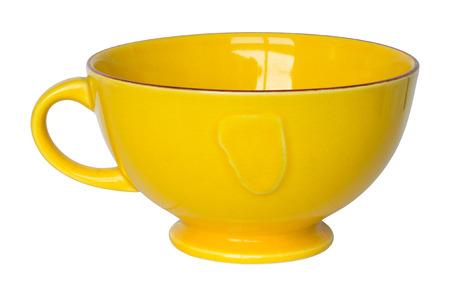 ceramica: taza amarilla vacía aislado en blanco con trazado de recorte