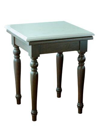 Mesa de mármol de piedra blanca con patas de madera aislado en blanco con trazado de recorte