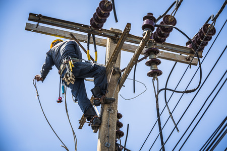Electrician working on the electricity pole 에디토리얼