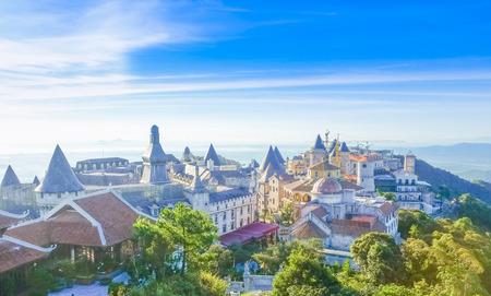 성의 풍경은 Bana Hills, Da Nang, Vietnam에서 안개로 덮여 있습니다. 스톡 콘텐츠