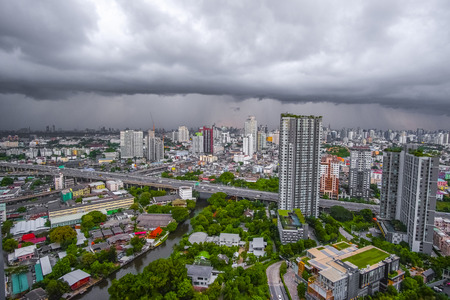 Black cloud covered the city before heavy rain, city scape 에디토리얼