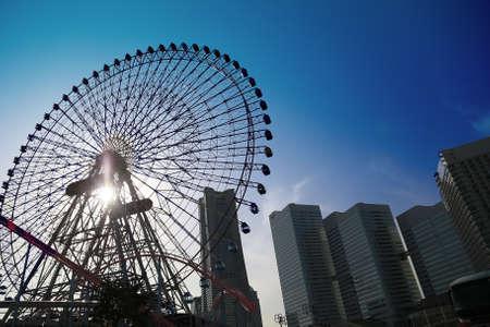横浜の高層ビルの観覧車の表示